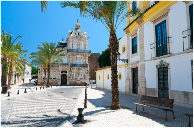 FLIGHTS, ACCOMMODATION AND MOVEMENT IN ALGARVE